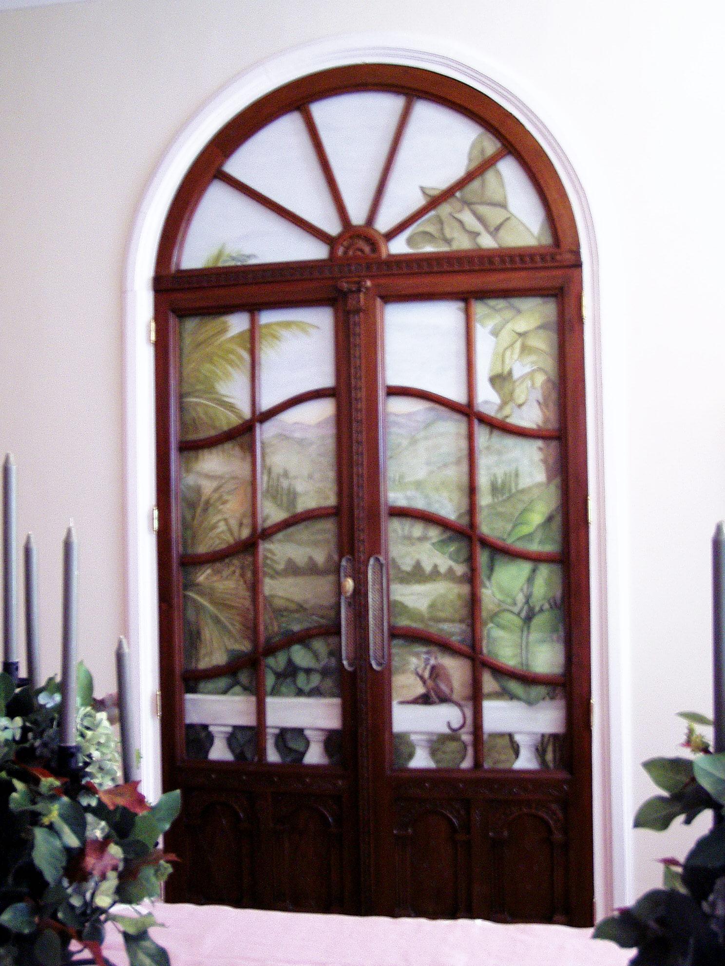 Puertas antiguas con paisaje de fondo